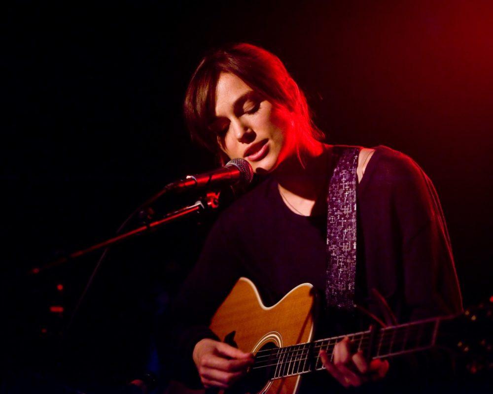 Кира Найтли хоть раз в жизни с гитарой